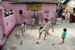 дети играя трущобу Стоковые Фотографии RF