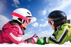 дети катаются на лыжах износ Стоковое фото RF