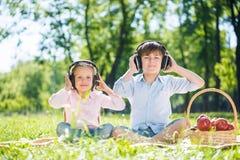 Дети наслаждаясь музыкой Стоковые Изображения RF