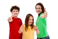 Дети показывая ОДОБРЕННЫЙ знак изолированный на белой предпосылке Стоковые Изображения RF