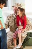 Дети приветствуя воинский дом отца на разрешении Стоковое фото RF