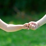 Дети рука об руку Стоковые Изображения