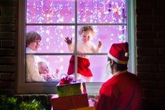 Дети смотря Санту на Рожденственской ночи Стоковое фото RF