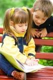 Дети читая книгу Стоковое фото RF