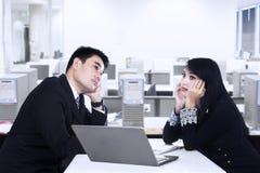 Деловой партнер думая в офисе Стоковые Изображения RF