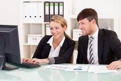 Деловые партнеры обсуждают продажи Стоковое фото RF