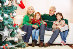 Деды празднуя рождество с внуками Стоковая Фотография RF