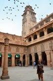 Джодхпур, Индия - 1-ое января 2015: Дворец Umaid Bhawan посещения людей Стоковые Изображения