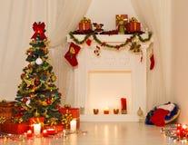 Дизайн интерьера комнаты рождества, дерево Xmas украшенное светами Стоковая Фотография RF