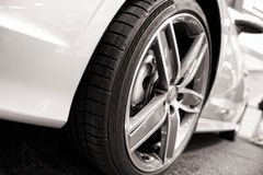 Динамический взгляд современного автомобиля Стоковое Изображение RF