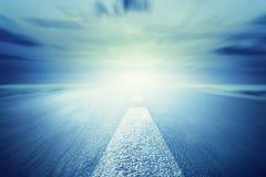 Длинная пустая дорога асфальта к свету Движение, скорость Стоковые Изображения