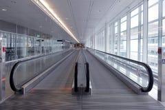 Длинный горизонтальный эскалатор Стоковые Изображения RF