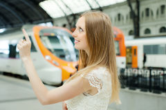 Длинн-с волосами женщина на железнодорожном вокзале Стоковые Изображения RF