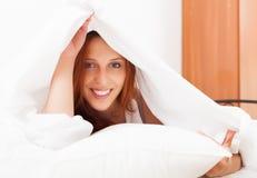 Длинн-с волосами женщина под белым листом Стоковая Фотография RF
