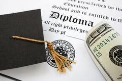 Диплом и наличные деньги Стоковая Фотография