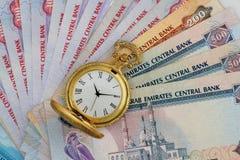 Дирхамы ОАЭ с золотым античным вахтой Стоковое фото RF