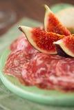 Диск мяса мяса и смокв Cured на зеленой деревянной доске Стоковая Фотография RF