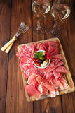 Диск Antipasti мяса Cured, jamon, оливок, сосиски, salam Стоковые Фото