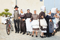 Дилетанты в национальных платьях танцуя народный танец Стоковые Изображения