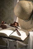 Дневник писателя с соломенной шляпой Стоковое фото RF