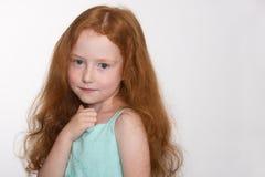 Довольно красная с волосами маленькая девочка Стоковые Изображения