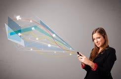 Довольно молодая дама держа телефон с цветастым конспектом выравнивает a Стоковые Изображения
