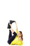 Довольно sporty сильные уменьшают и приспосабливают усаживание молодой женщины, делая разделение Стоковое Изображение RF