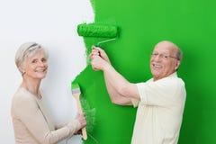 Довольные старшие пары показывая новую краску Стоковые Изображения