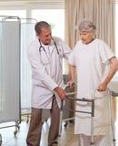доктор помогая его старшию пациента Стоковые Фото