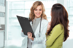 Доктор с женским пациентом Дружелюбный, счастливый доктор с Stethosc Стоковое Фото