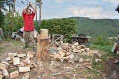 Домашнее хозяйство, человек режет древесину, подготовку на зима Стоковая Фотография RF