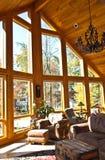 домашние самомоднейшие окна комнаты Стоковые Фото