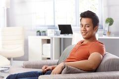 Домашний портрет красивого молодого человека Стоковое фото RF