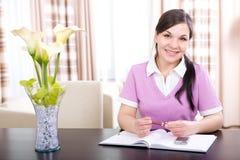 домашняя работа смотря женщину Стоковая Фотография RF
