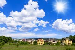 Дома деревни на солнечный день Стоковые Изображения RF