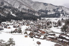Дома соломенной крыши предусматриванные в снежке в зиме Стоковые Фотографии RF
