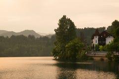 Дом на кровоточенном озере Стоковая Фотография RF