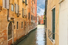 Дом на узком канале в Венеции Стоковое Изображение