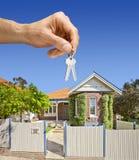 дом руки домашняя пользуется ключом свойство Стоковое Фото