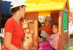 дом девушки мальчика смотря игрушку мати Стоковые Фото