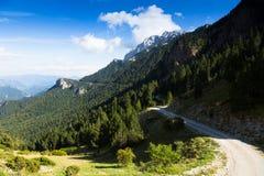 Дорога гористой местности через горы Стоковые Фото