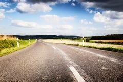 Дорога лета с облачным небом Стоковое Изображение