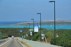 Дорога к известному пляжу Pelosa - Сардинии, Италии Стоковое фото RF