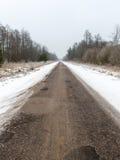 Дорога страны снежная в зиме Стоковые Изображения RF