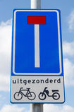 Дорожный знак показывая мертвый конец за исключением велосипедистов  Стоковые Фото
