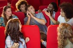 Досадный человек на телефоне во время кино Стоковое Изображение
