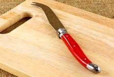Доска и нож сыра Стоковая Фотография RF