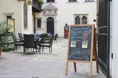 Доска меню улицы известного кафа Roma, Кракова, Польши Стоковое Изображение