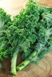 доска режа свежий kale Стоковые Изображения