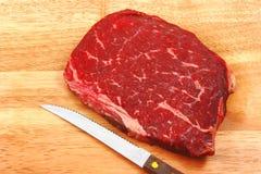 доска режа сырцовый стейк Стоковая Фотография RF
